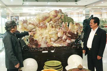Bức tranh 'Sơn thủy hữu tình' bằng ngọc tuyệt đẹp, giá gần 2 tỷ của đại gia Thái Nguyên