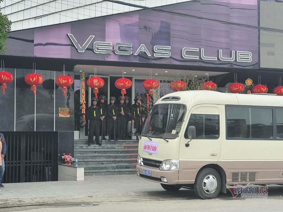 Hàng chục cảnh sát khám xét quán bar nhiều tai tiếng ở TP Huế
