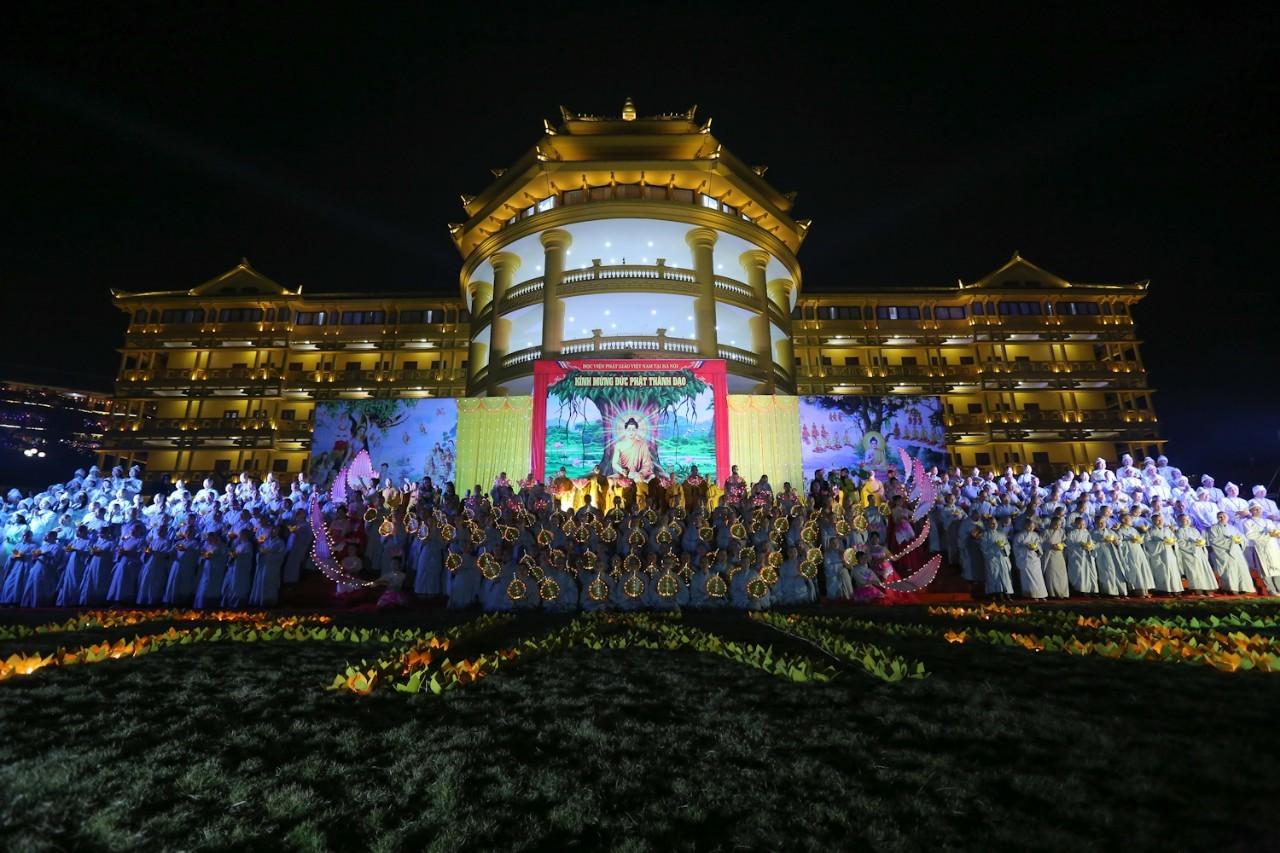 500 tăng ni sinh hát đạo ca kính mừng ngày Phật thành đạo