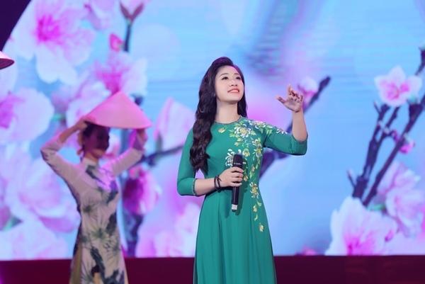 Sao mai Bích Hồng xinh đẹp, duyên dáng trên sân khấu