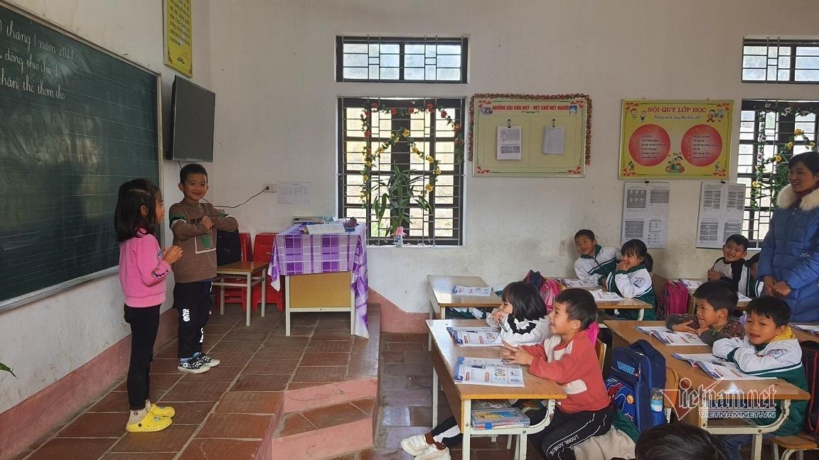Giáo viên ít 'ngồi ghế', học sinh đọc thông viết thạo sau một học kỳ