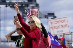 Hình ảnh ông Trump được chào đón nồng nhiệt tại Florida