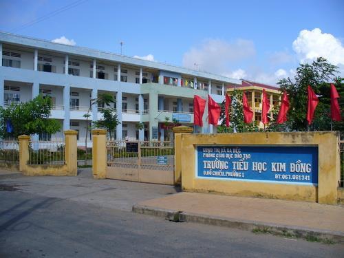 Phụ huynh cầm băng - rôn đến trường phản đối thay hiệu trưởng