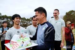 Công Phượng được HLV Kiatisuk tổ chức sinh nhật ngay trên sân tập