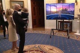 Dân mạng thích thú cảnh ông Biden bế cháu nội ở Nhà Trắng