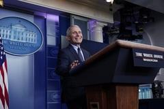 Chuyên gia y tế hàng đầu Mỹ nói 'được giải phóng' khỏi ông Trump