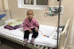 """Bị ung thư di căn, bé gái 6 tuổi xin mẹ đưa về nhà """"chờ chết"""""""