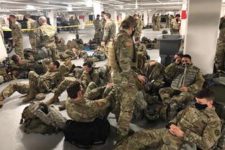 Giới chức Mỹ 'sốc' khi hàng nghìn vệ binh phải tạm trú dưới nhà xe