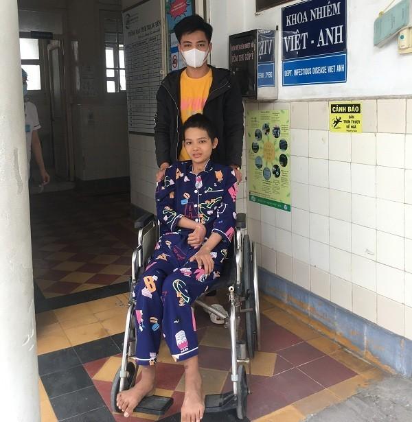 Gia đình Tú Linh tặng lại các bệnh nhân khó khăn gần 150 triệu đồng