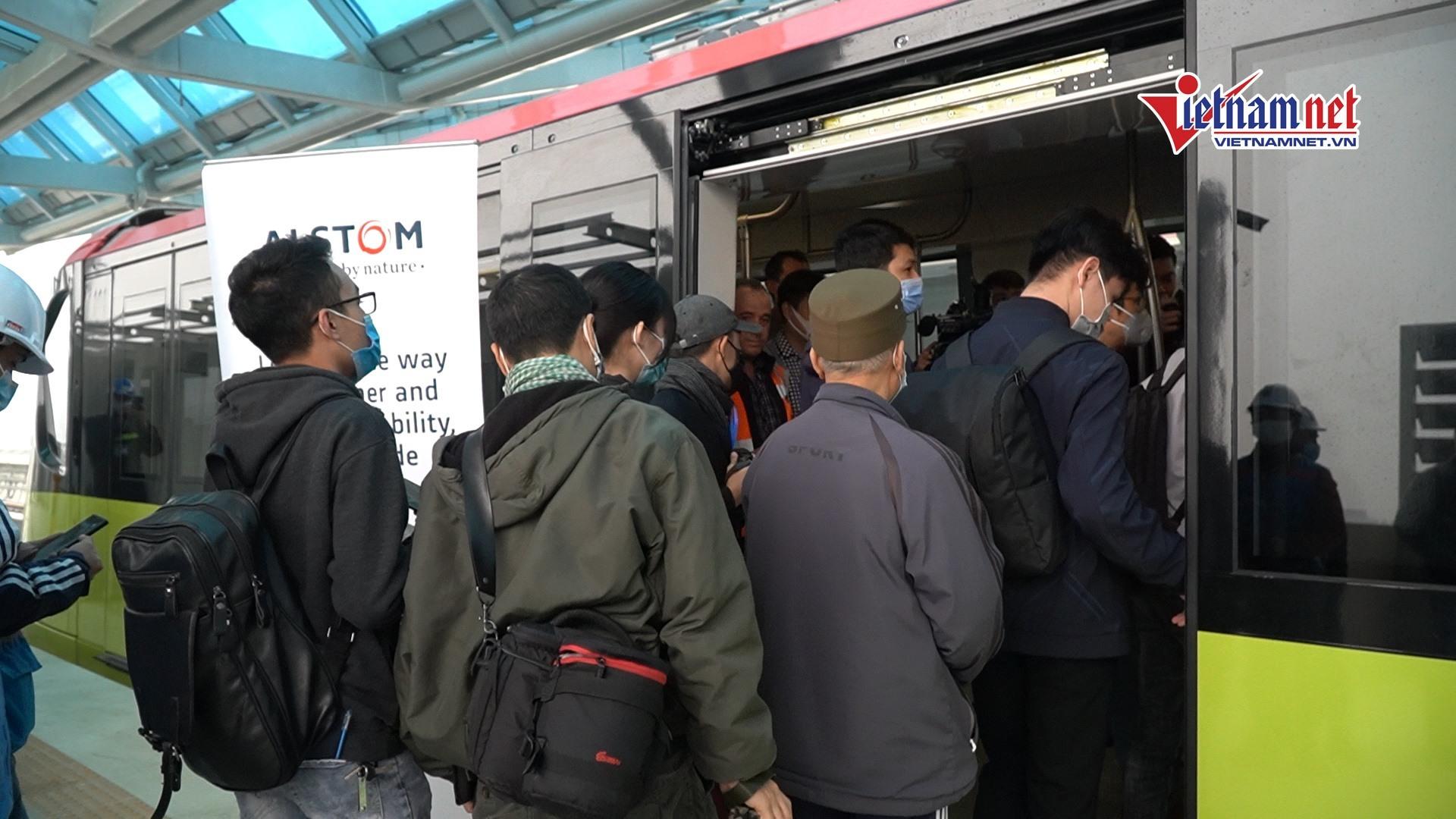 Xếp hàng tham quan đoàn tàu đường sắt Nhổn - ga Hà Nội
