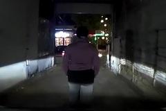 Người phụ nữ nghênh ngang chặn đầu ô tô và hành động kỳ quặc