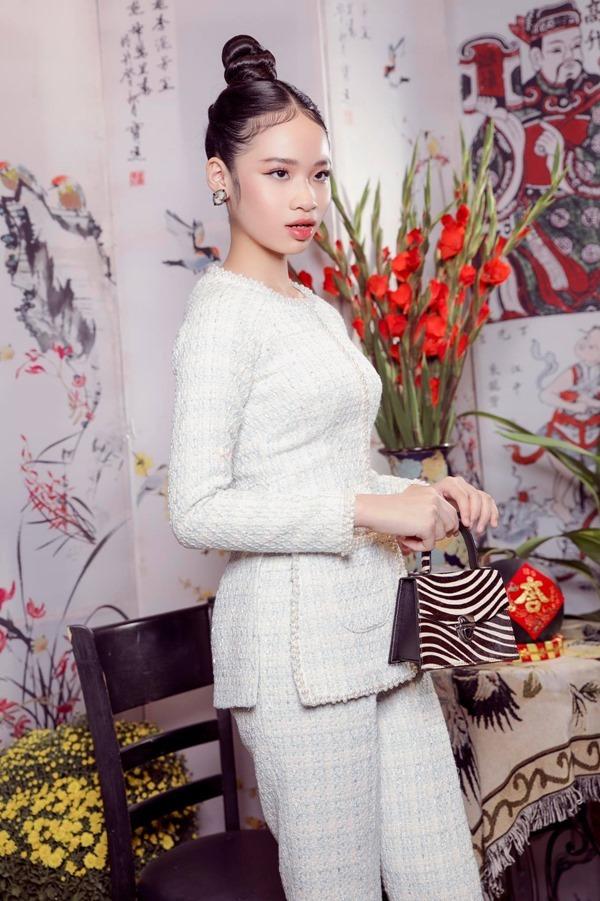 Mẫu nhí Bảo Hà diện áo bà ba