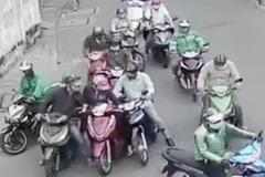Chục người vây xe, dàn cảnh móc túi táo tợn trên đường Sài Gòn