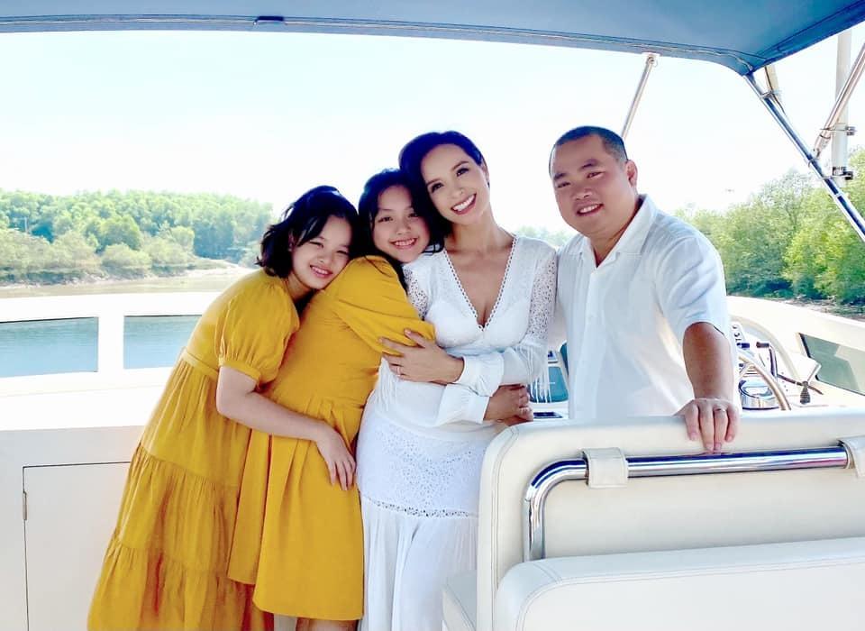 Diva Hồng Nhung hạnh phúc trong vòng tay bạn trai
