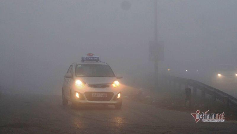 Sương mù dày đặc, ô tô 'bò' trên quốc lộ ở Thanh Hóa
