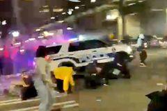 Cảnh sát Mỹ bất thần lao xe vào đám đông tụ tập giữa đường