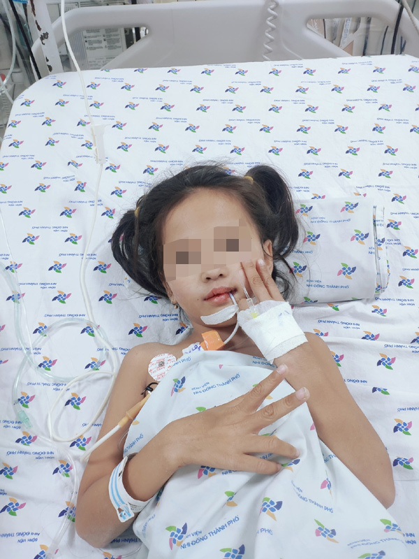 Mắc chứng rối loạn thần kinh hiếm gặp, bé gái đột ngột mất khả năng đi lại