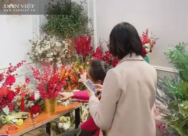 Tết Tân Sửu 2021: Chị em chi tiền triệu 'săn' lựu giả … hút tài lộc