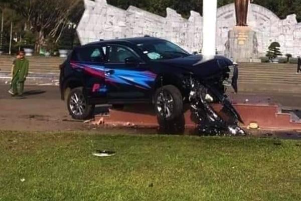 Ô tô lao như tên bắn ở quảng trường, 1 người bị thương