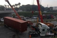 Lật xe container chắn ngang hầm chui cửa ngõ Sài Gòn, giao thông tê liệt