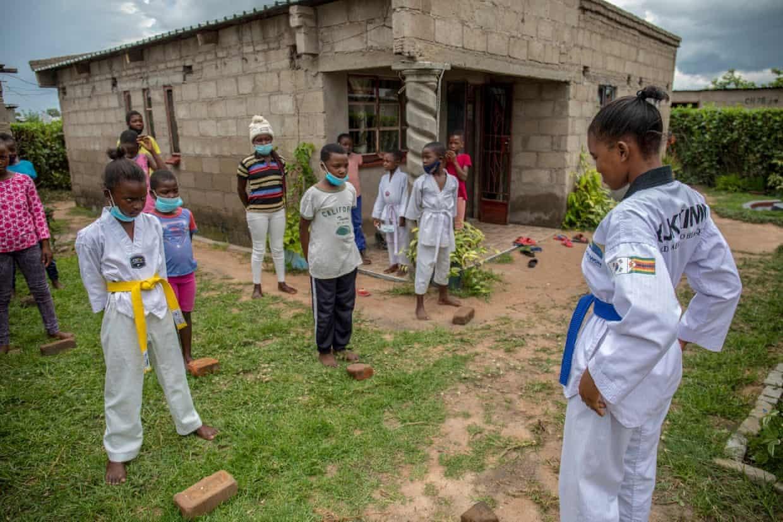 Cô gái 17 tuổi dạy võ cho trẻ em để chống lại nạn tảo hôn