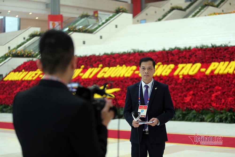 Hàng trăm phóng viên miệt mài tác nghiệp tại Đại hội Đảng