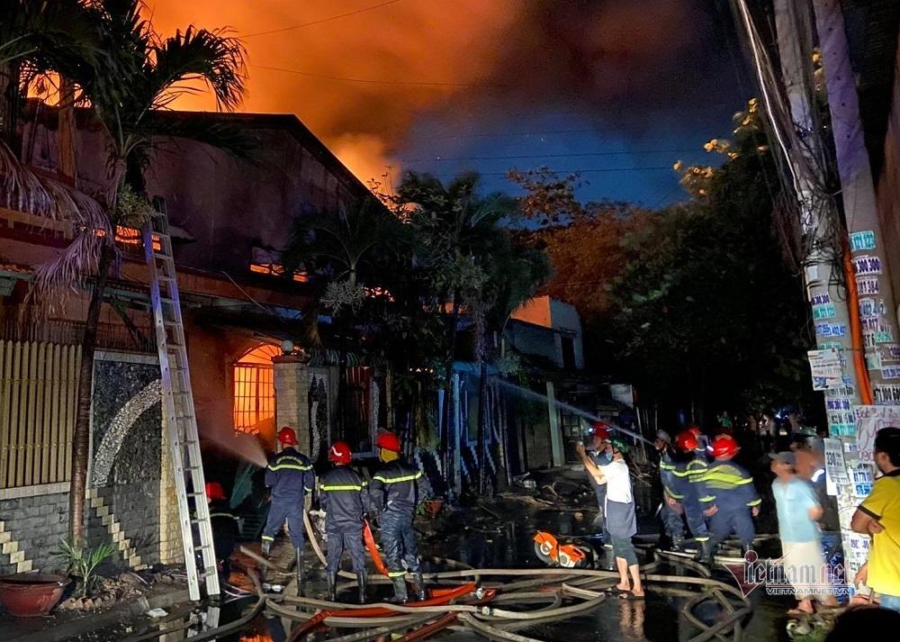 Cháy lớn ở Sài Gòn, cột lửa đỏ rực bao trùm nhà xưởng