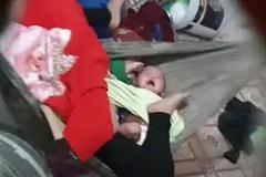 Clip xót xa: Người mẹ biểu hiện bất thường liên tục gào thét, đạp tới tấp vào 2 bé sinh đôi đang khóc