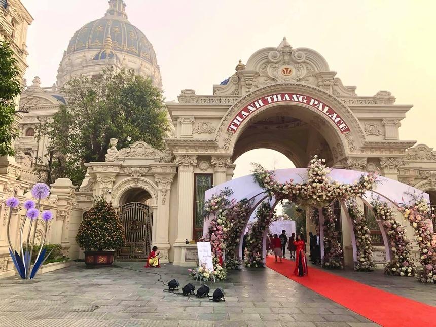 Gia thế người tổ chức đám cưới trong lâu đài dát vàng ở Ninh Bình