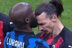 Lukaku và Ibrahimovic thóa mạ, 'húc' nhau ngay trên sân