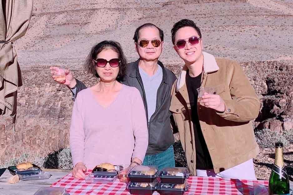 Nhật Tinh Anh hạnh phúc khi lần đầu đón Tết tại Mỹ cùng bố mẹ