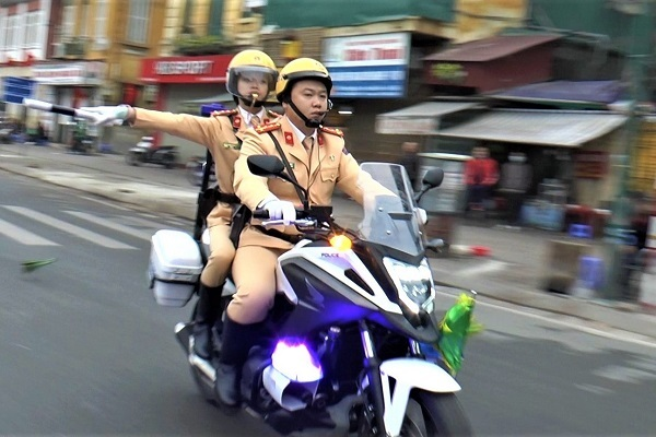 Đội nữ cảnh sát dẫn đoàn đại biểu dự Đại hội Đảng XIII