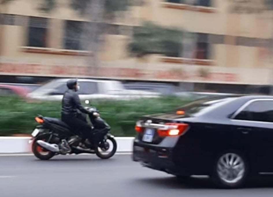 CSGT xử phạt lái xe máy lao theo đoàn phục vụ Đại hội Đảng XIII