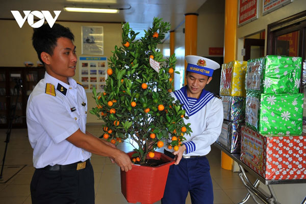 Soldiers on DK1 platforms receive festive gifts ahead of Tet