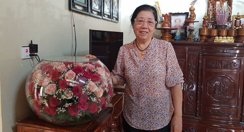 Người phụ nữ Thanh Hóa cắm bình hoa 10 năm không tàn, dân yêu hoa thích mê