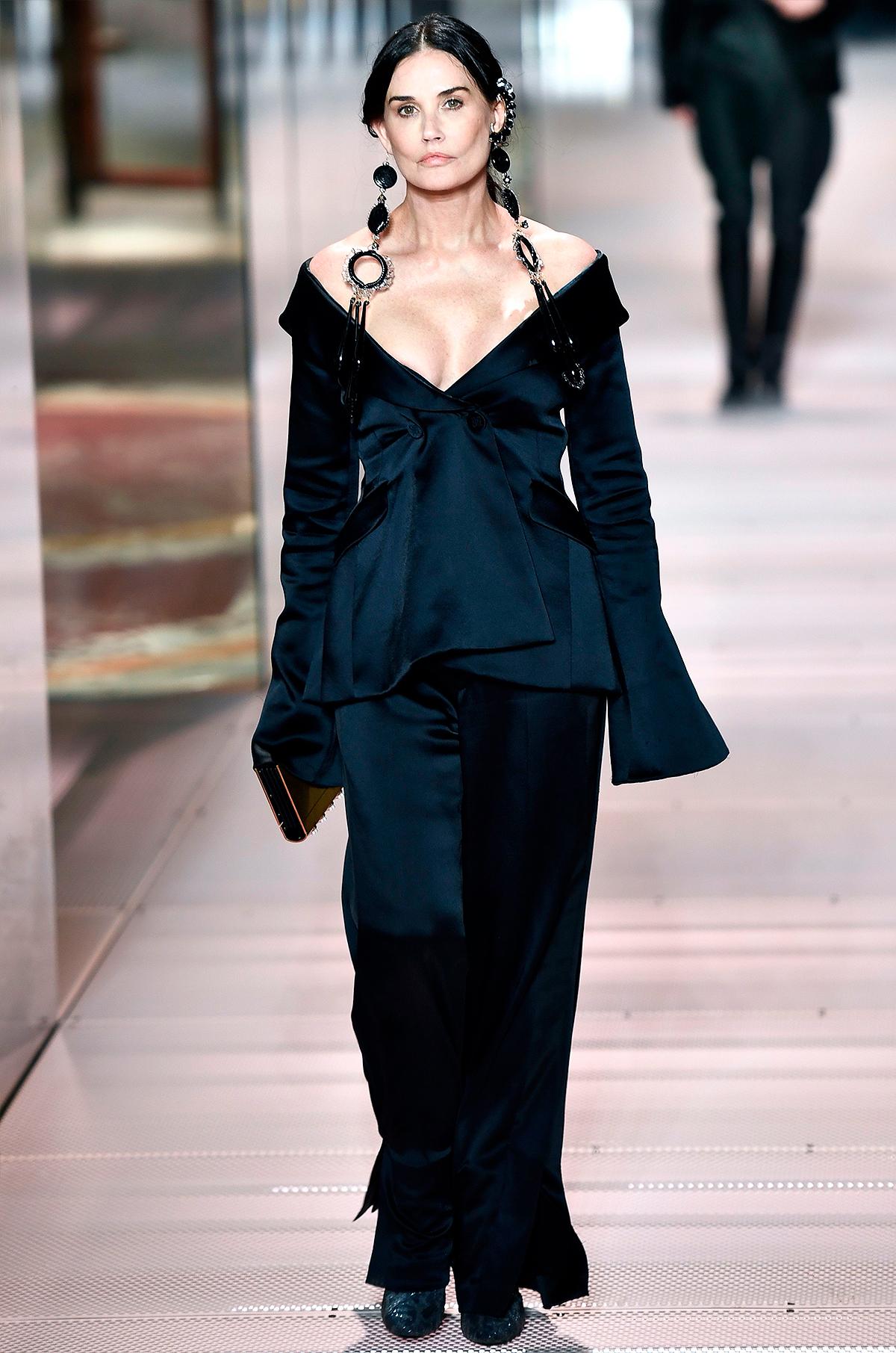 U60 Demi Moore lần đầu làm người mẫu show Prada