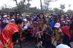 Hoa hậu Đỗ Thị Hà trải nghiệm với nghệ thuật múa rối