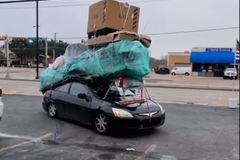 Honda Accord chở hàng cồng kềnh không khác gì xe tải gây bức xúc