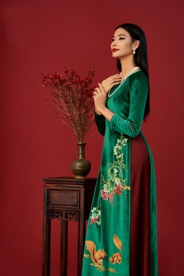 Hoàng Thùy diện áo dài Tết cùng 'nàng thơ xứ Huế' Ngọc Trân