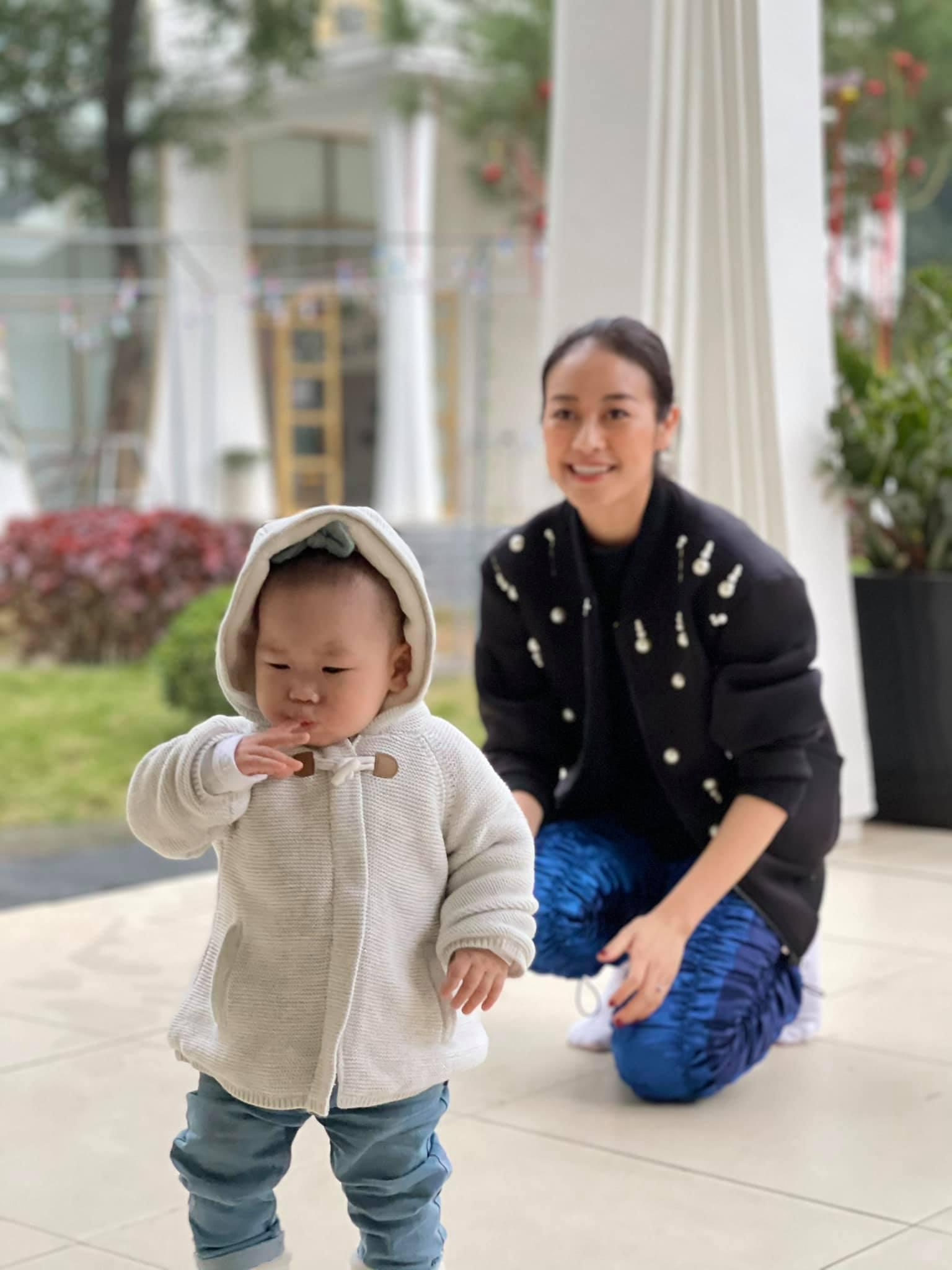 Chí Trung ngắm bạn gái âu yếm khi chụp ảnh cùng Xuân Hinh