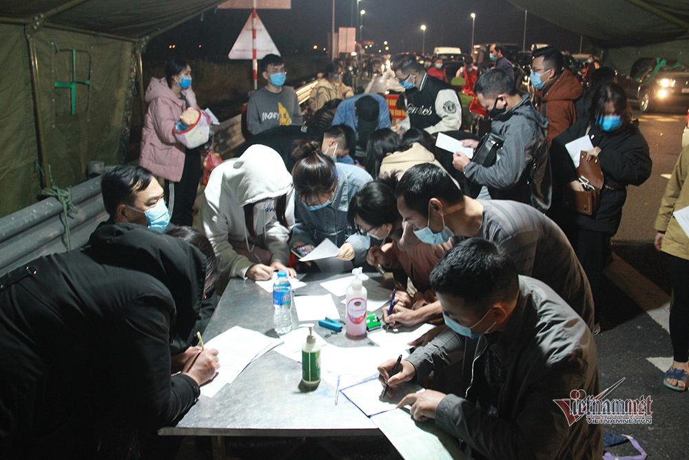 Nườm nượp người khai báo y tế để vào Quảng Ninh trong đêm