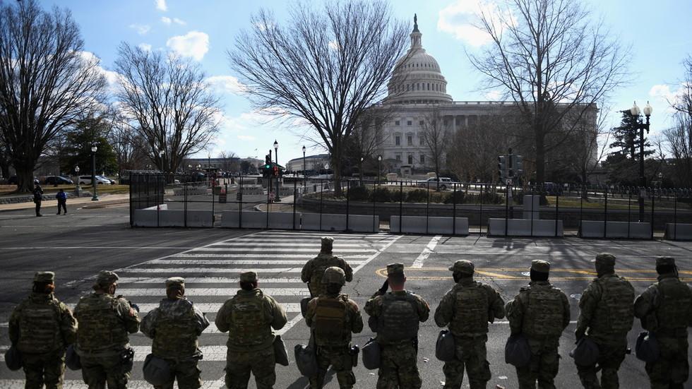 Mỹ bắt đối tượng mang súng gần toà nhà Quốc hội thumbnail