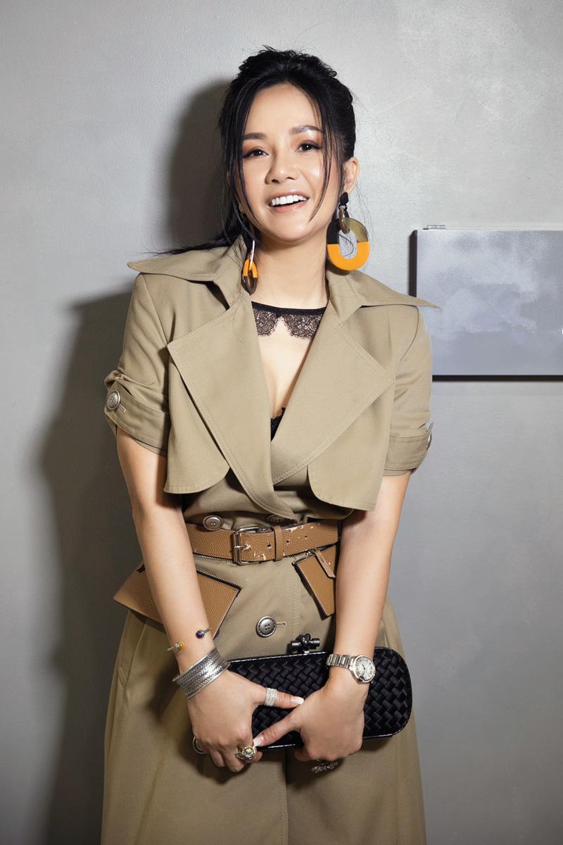 Diva Hồng Nhung gợi cảm mừng đàn em ra mắt BST mới