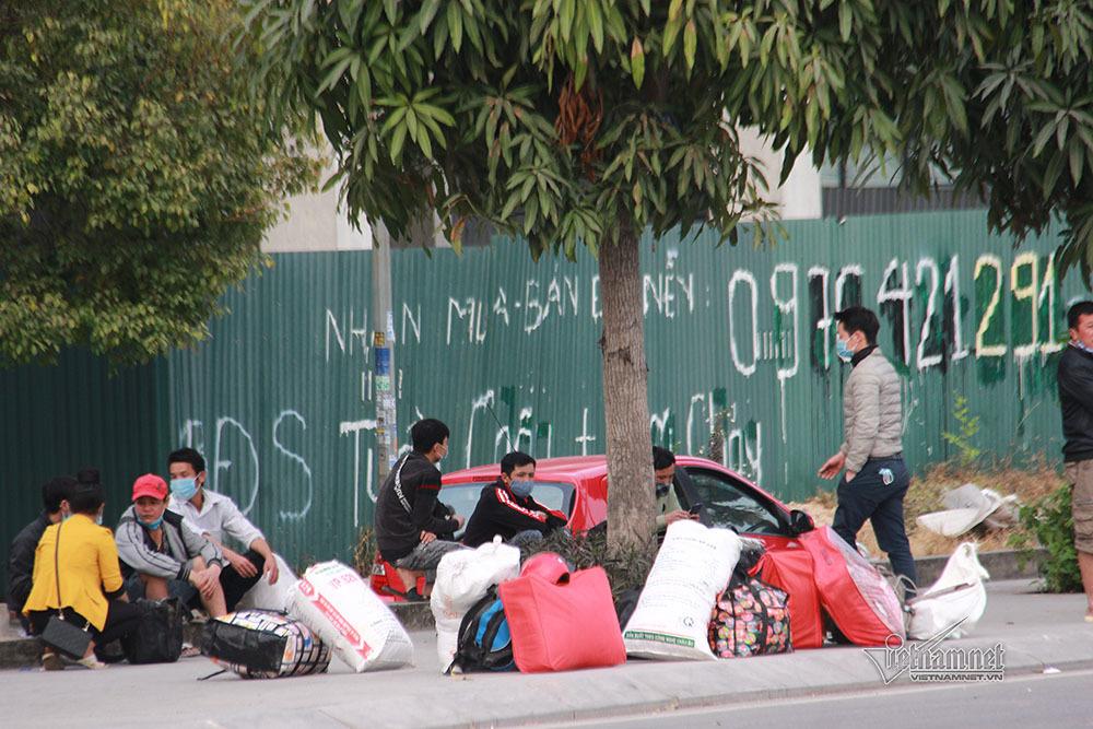 Công nhân xách đồ quay về khu trọ sau lệnh dừng vận tải của Quảng Ninh