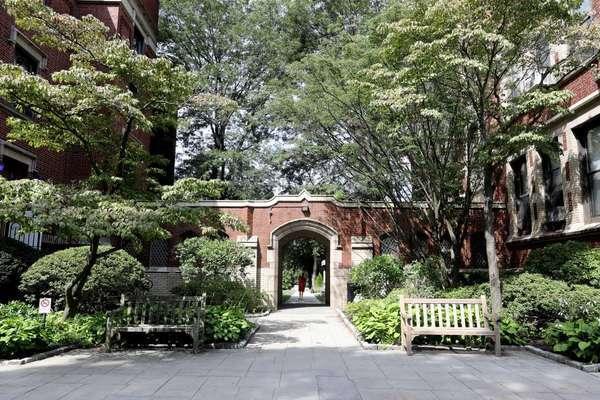 Những trường 'sống dai' nhất nước Mỹ nhưng bị Covid-19 'đánh gục' thumbnail