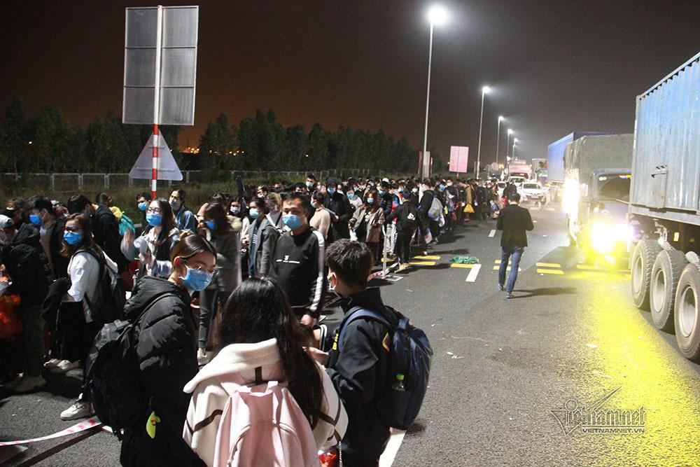 Tắc nghẽn chốt kiểm soát, sinh viên nhẫn nại chờ khai báo y tế trong đêm