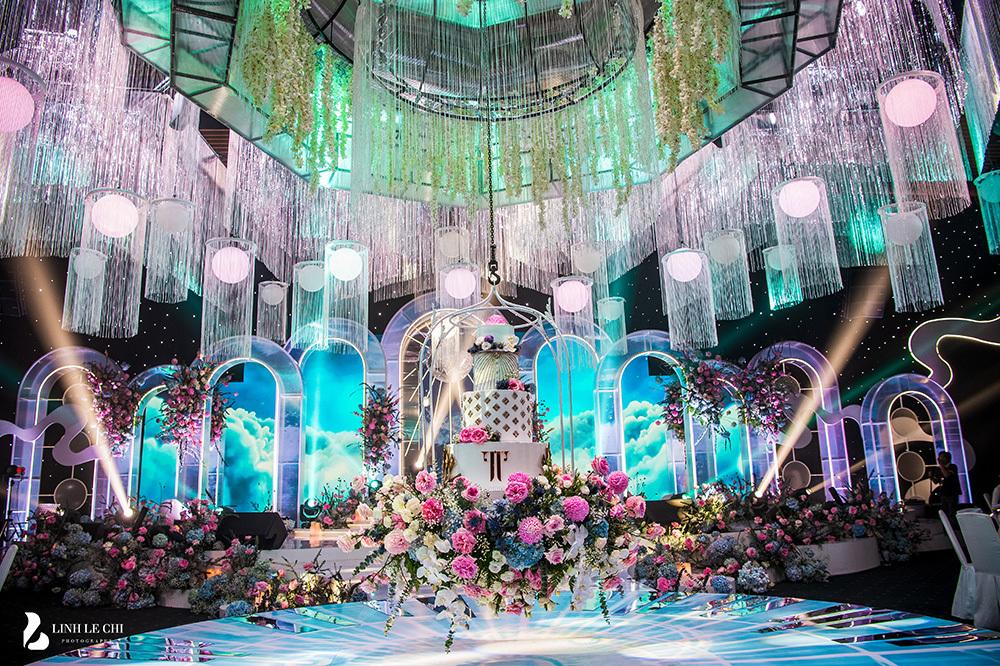 Sân khấu pha lê hàng tỷ đồng của đám cưới Phan Thành - Primmy Trương