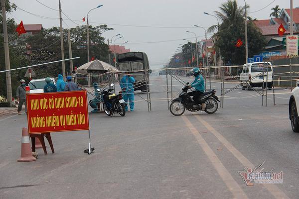 Phong tỏa xã giáp TP Chí Linh, xe tải ùn ùn chở thực phẩm tiếp tế