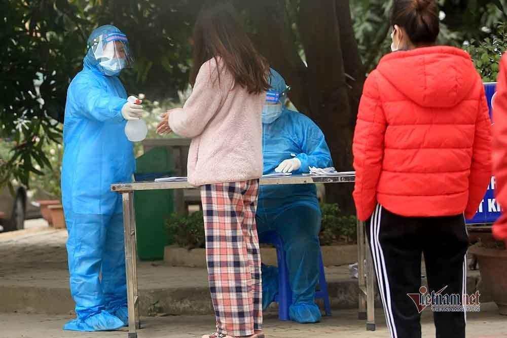 Hà Nội lấy mẫu xét nghiệm Covid-19 người trở về từ vùng dịch