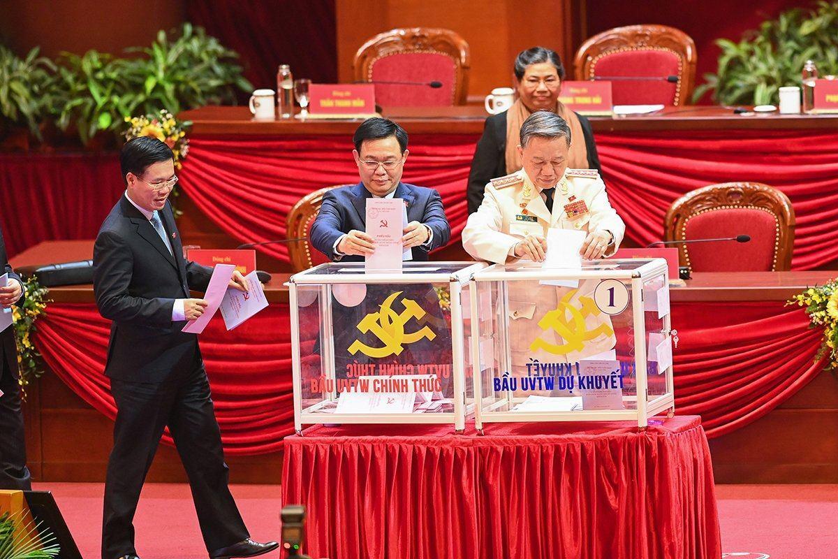 Hình ảnh các đại biểu bỏ phiếu bầu Ban Chấp hành Trung ương khóa XIII